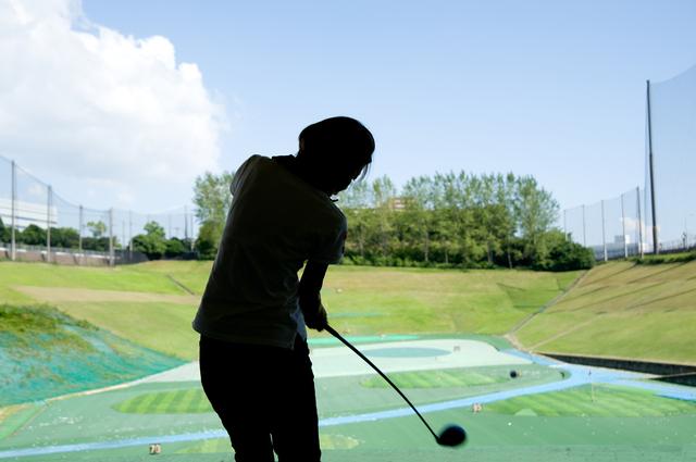 女性のゴルフ風景
