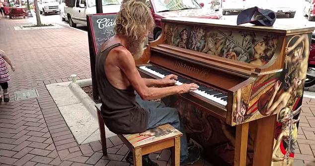 ホームレス男性の路上ピアノライブ