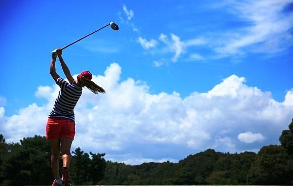 女性のゴルフスイング