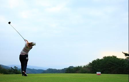 女性ゴルファーのドライバースイング