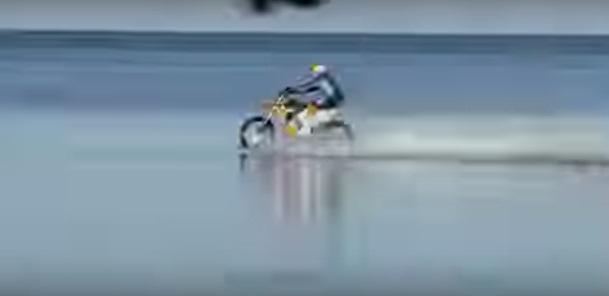 水上をバイクで