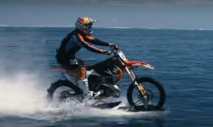 海の上を走るオートバイ