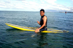 サーフボードに乗る清水圭