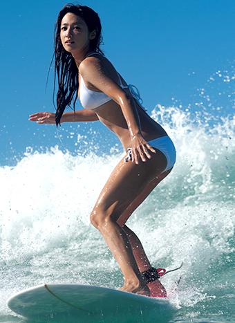 サーフィンする深田恭子さん