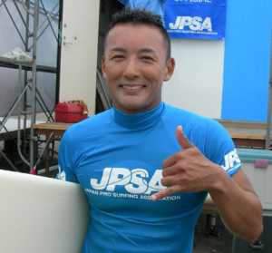 サーフィンをする山本太郎