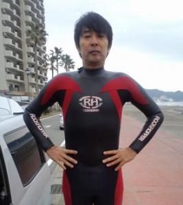 サーフィンをする徳永英明