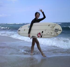 サーフボードを抱える長谷川理恵