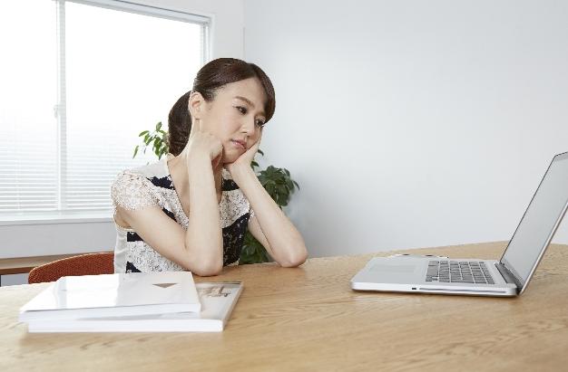 貯蓄は銀行か保険か?悩む独身女性