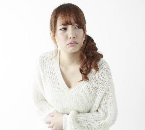 逆流性食道炎に不快を感じる女性