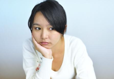 乳首の黒ずみに悩む女性