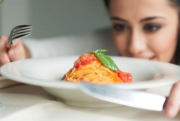 ダイエット中で食欲を抑えるのがキツイ女性