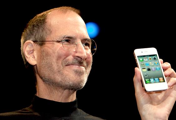 iphoneを持つスティーブ・ジョブズ