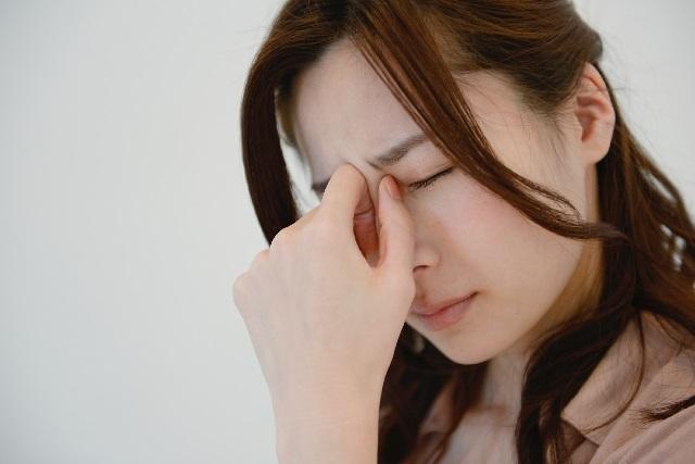 眠気に襲われる女性