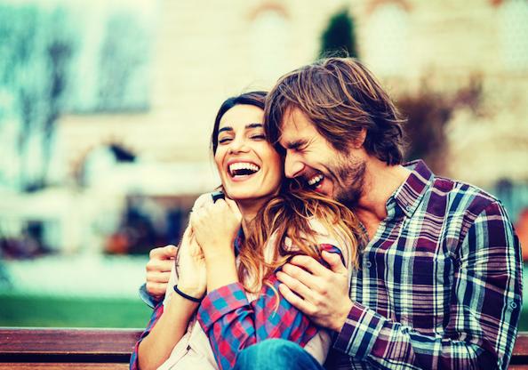 笑う外人のカップル