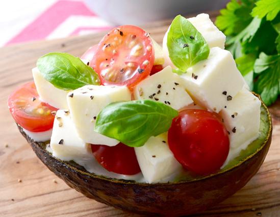 モッツァレラチーズでアボカドエッグボード